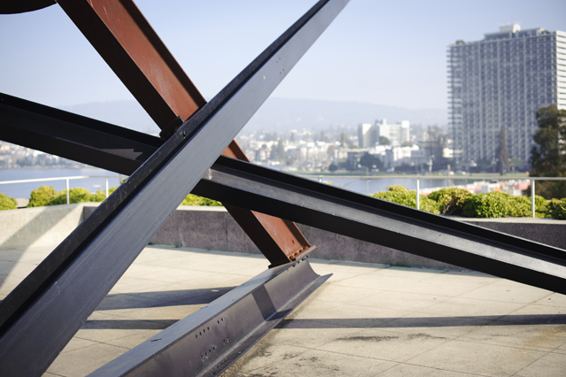 Steel beams in a criss-cross pattern in the OMCA Gardens