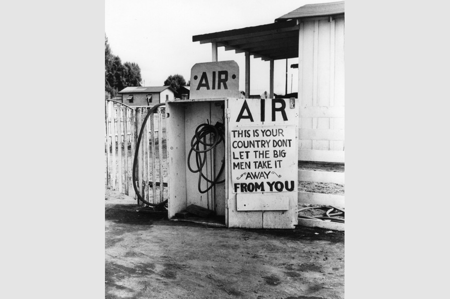 Dorothea Lange, Last West, Gas Station, Kern County, California, 1938. © The Dorothea Lange Collection, the Oakland Museum of California, City of Oakland. Gift of Paul S. Taylor.