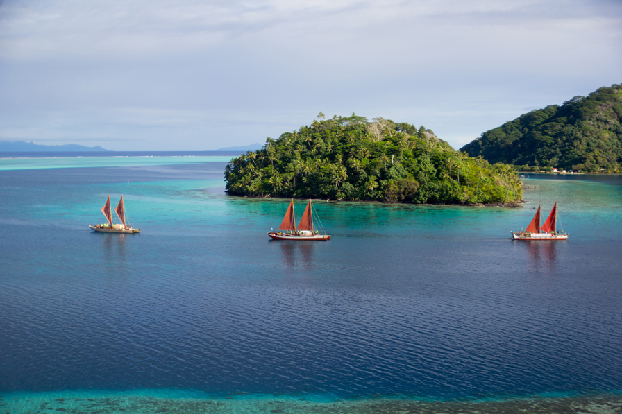 Left to right: Tahitian canoe Fa'afaite, Hawaiian vessels Hikianalia and Hōkūleʻa. © 2014 Polynesian Voyaging Society and ʻŌiwi