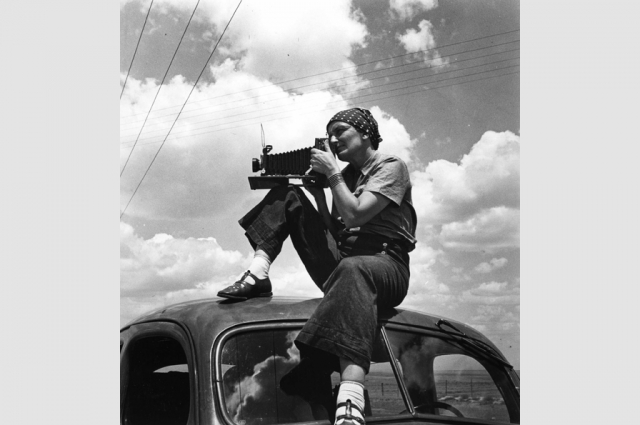 Paul S. Taylor, Dorothea Lange in Texas on the Plains, circa 1935. © The Dorothea Lange Collection, the Oakland Museum of California, City of Oakland. Gift of Paul S. Taylor.